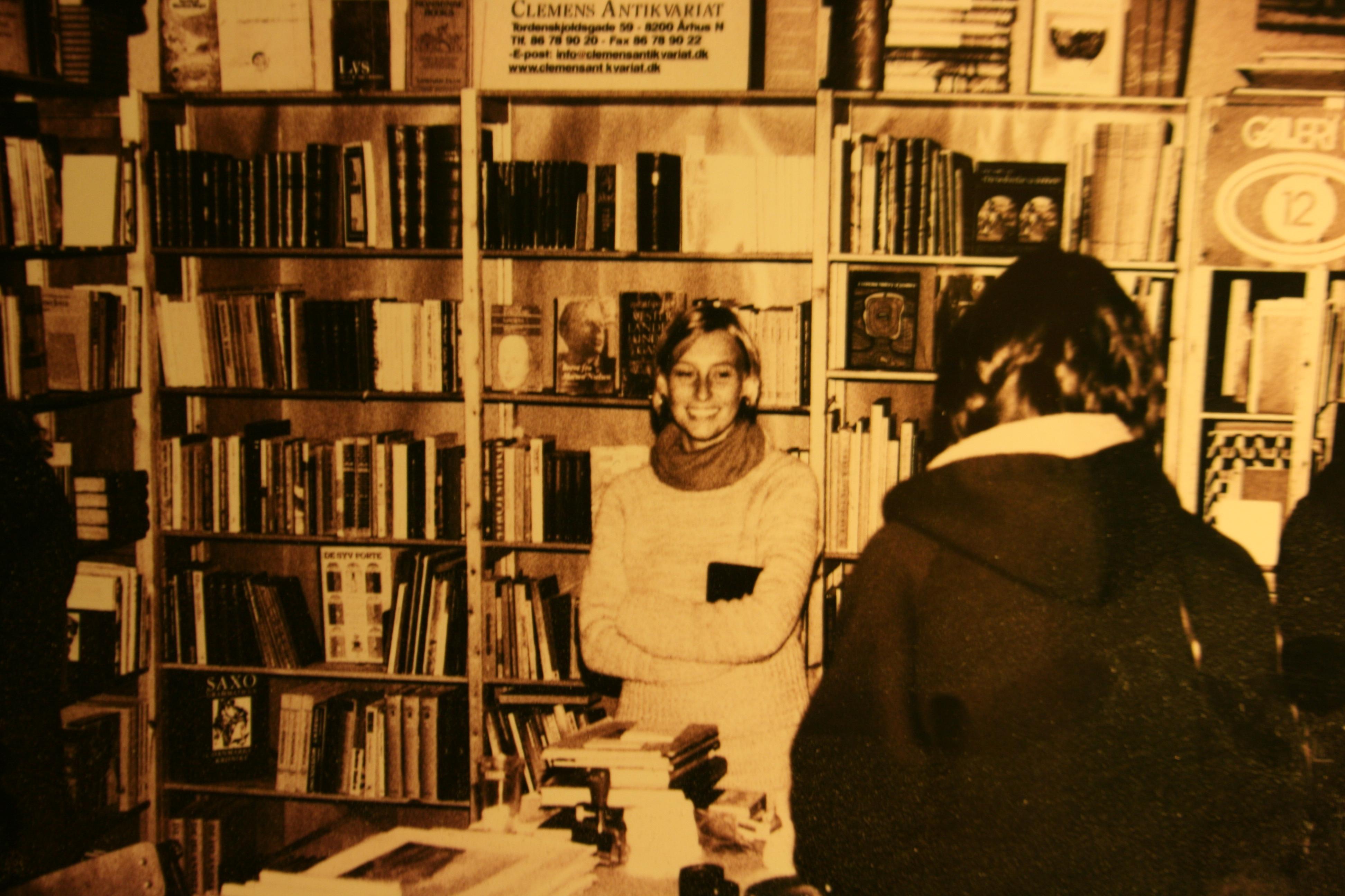 Clemens udstilling ved Bogfesten i Ridehuset 2002, med Michela